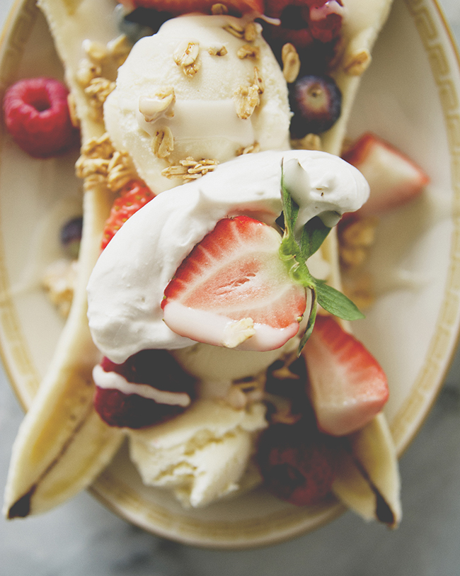 COCONUT SYRUP BANANA SPLIT // MOM MONDAY // The Kitchy Kitchen