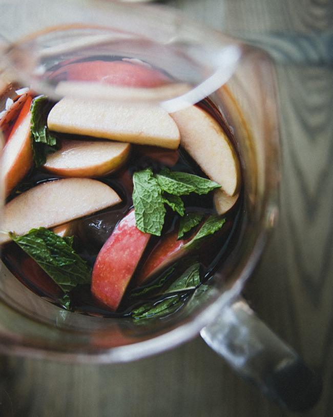 APPLE MINT SANGRIA // The Kitchy Kitchen