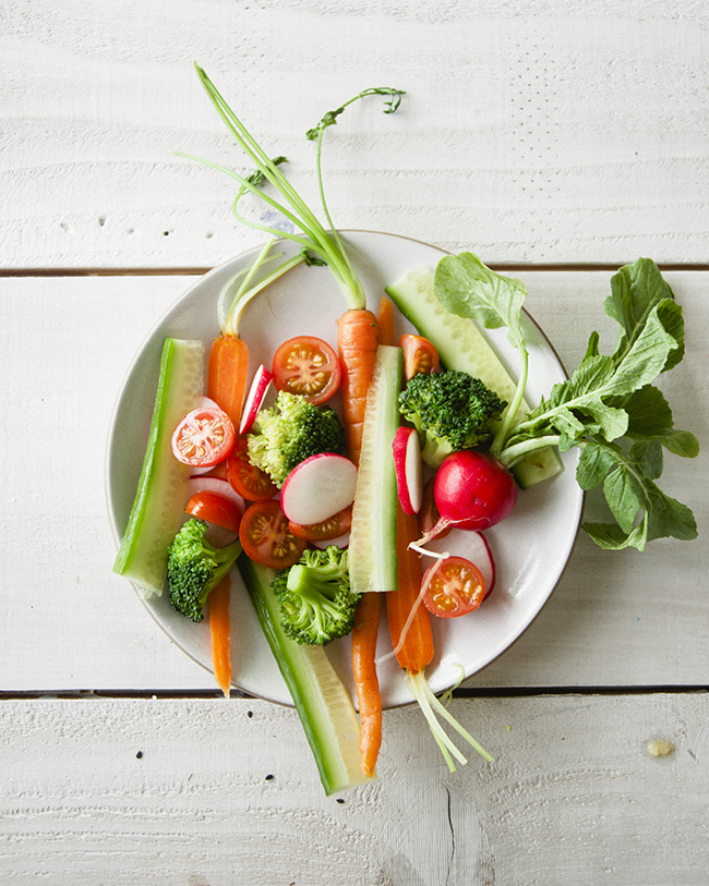 CRUDITÉS SALAD MADE WITH MINIMALLY CUT VEGETABLES ON WHITE PLATE // The Kitchy Kitchen