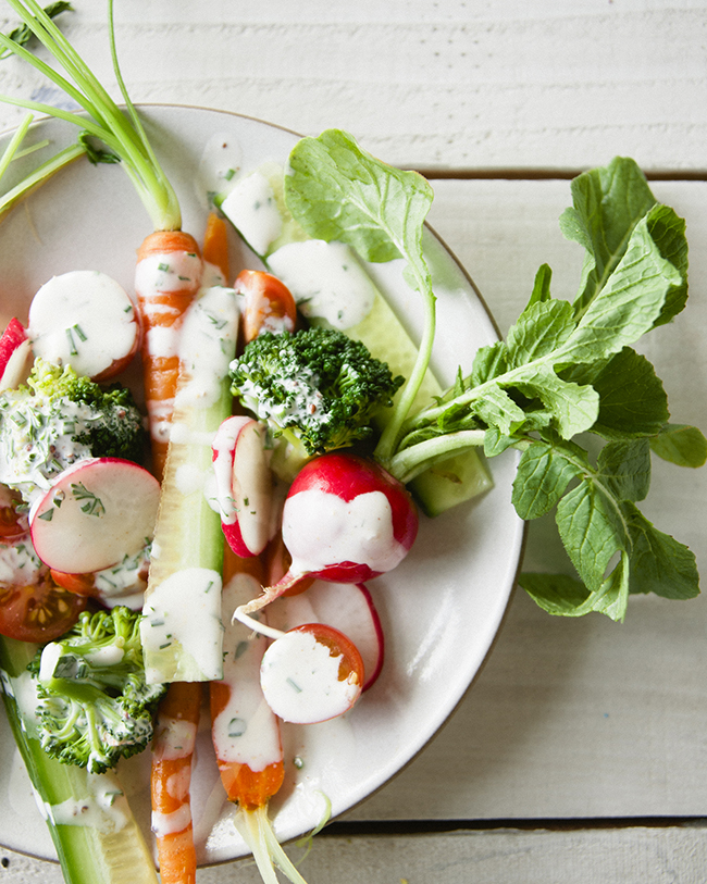 CRUDITÉS SALAD WITH WHOLE VEGETABLES AND BUTTERMILK RANCH DRESSING DRIZZLED ON TOP // The Kitchy Kitchen